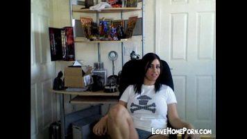 في المنزل أمام الكمبيوتر ، هذه امرأة سمراء لديها ثديين كبيرين جدًا